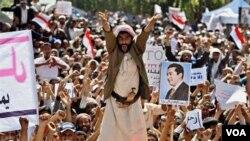 Para demonstran anti-pemerintah di Yaman menuntut Presiden Saleh untuk mundur.