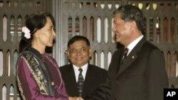 Phó Thủ tướng Thái Lan Chalerm Yubumrung hội đàm với lãnh tụ dân chủ Miến Điện Aung San Suu Kyi tại Tòa nhà chính phủ Thái Lan