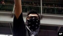 Người biểu tình chống đảo chính giơ tay chào kiểu phim 'The Hunger Games' tại Bangkok.