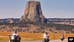 Foto de archivo de 2006 de la Torre del Diablo, el núcleo solidificado de un antiguo volcán en Wyoming que tiene 243 metros de altura y se puede ver a varios kilómetros de distancia.