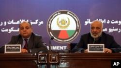 افغان انٹیلی جینس کے سربراہ معصوم ستانکزئی(دائیں) اور وزیر داخلہ ویس احمد برمک کابل میں پریس کانفرنس کر رہے ہیں۔ یکم فروری 2018