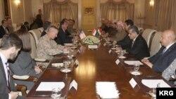 Menteri Pertahanan AS Ash Carter bertemu dengan Presiden kawasan Kurdistan Masoud Barzani
