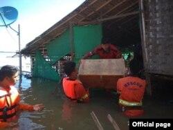 မႏၲေလးတိုင္းေဒသႀကီး ေညာင္ဦးၿမိဳ႕ ဧရာဝတီျမစ္ကမ္းေဘးက ေနအိမ္အတြင္းရွိ ပစၥည္းမ်ားကို ကူညီ ေရႊ႕ေျပာင္းေပးေနတဲ့အရန္မီးသတ္တပ္ဖြဲ႕ဝင္မ်ား။ (ဓာတ္ပံု - Myanamr Fire Services Department - ဇူလိုင္ ၃၁၊ ၂၀၂၀)