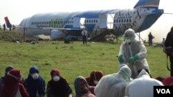 Simulasi di Bandara Adi Soemarmo Solo dengan tim medis khusus memeriksa kondisi penumpang yang terjangkit virus menular mematikan (23/3). (VOA/Yudha Satriawan)