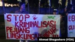 Sekitar dua puluh orang yang menamakan Aliansi Peduli Lingkungan menggelar aksi di depan Hotel Sultan Jakarta yang menjadi tempat debat pemilihan presiden kedua, pada Minggu (17/2/2019) petang (foto: VOA/Ahmad Bhagaskoro)