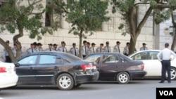 Polis Amerika səfirliyini qoruyur