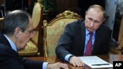 ရုရွားသမၼတ Vladimir Putin ႏုိင္ငံျခားေရး၀န္ႀကီးႏွင့္ ေတြ႔ဆုံေနစဥ္။