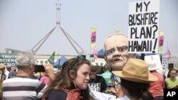 Para pengunjuk rasa melakukan aksi protes perubahan iklim di luar Gedung Parlemen di Canberra, Australia, Selasa, 4 Februari 2020.