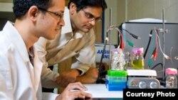 Hai nhà nghiên cứu Ramaraja Ramasamy (phải) và Yogeswaran Umasankar tìm cách giữ lại năng lượng tạo ra trong quá trình quang hợp