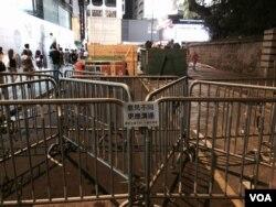 香港佔領中環集會擴散到廣東道,示威人士用鐵馬等雜物堵塞海防道進入廣東道的一段馬路,不讓車輛通過。(美國之音湯惠芸攝)