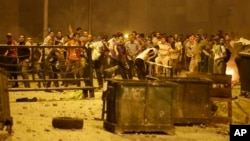 Apoiantes do deposto Presidente Morsi usam pedras contra as forças de segurança durante protestos no Cairo