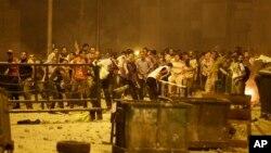 15일 카이로에서 무르시 전 대통령의 지지자들이, 경찰을 향해 돌을 던지고 있다.