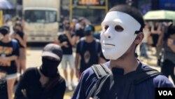 数以千计香港市民及抗争者中午在中环戴上面具及口罩快闪游行堵路,反对当局制定禁蒙面法。 (2019年10月4日)