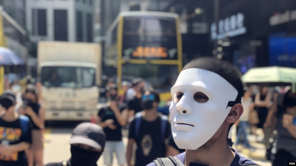 數以千計香港市民及抗爭者10月4日中午在中環戴上面具及口罩快閃遊行堵路,反對當局制定禁蒙面法。(攝影: 美國之音湯惠芸)