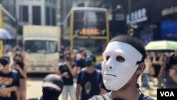 數以千計香港市民及抗爭者10月4日中午在中環戴上面具及口罩快閃遊行堵路,反對當局製定禁蒙面法。 (攝影: 美國之音湯惠芸)