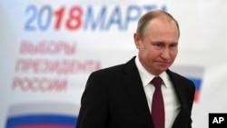 ປະທານາທິບໍດີຣັດເຊຍ ທ່ານ ວລາດິເມຍ ປູຕິນ (Vladimir Putin) ເດີນທາງໄປເຖິງສະຖານທີ່ປ່ອນບັດ ໃນການເລືອກຕັ້ງປະທານາທິບໍດີ ໃນມົສກູ, ຣັດເຊຍ, 18 ມີນາ 2018.