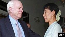Thượng Nghị sĩ John McCain gặp lãnh tụ dân chủ Miến Ðiện Aung San Suu Kyi, ngày 2/6/2011