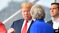 Predsednik Tramp razgovara sa britanskom premijerkom Terezom Mej na NATO samitu 11. jula 2018.