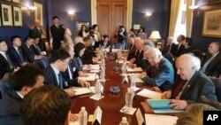 美國國會眾議員Bill Pascrell的辦公室提供的照片上,他和其他議員們與中國代表團討論美中貿易(2018年5月資料照)。