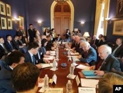 美國國會眾議員比爾帕斯克羅的辦公室提供的照片上,他和其他議員們與中國代表團討論美中貿易(2018年5月)。