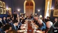 美國國會眾議員Bill Pascrell的辦公室提供的照片上,他和其他議員們與中國代表團討論美中貿易(2018年5月)。