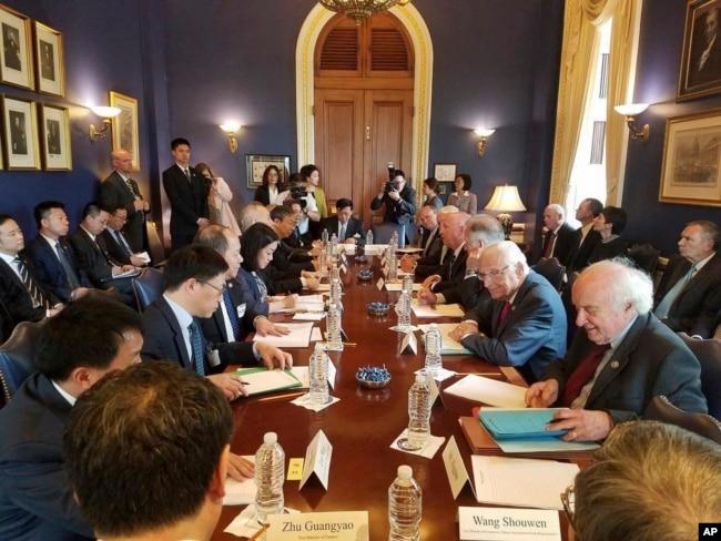 美國國會眾議員比爾·帕斯克羅的辦公室提供的照片上,他和其他議員們與中國代表團討論美中貿易(2018年5月)。
