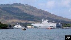 다목적 군사훈련에 참가한 프랑스 해군함들이 12일 괌 해군기지에 정박해 있다. 미국, 영국, 일본, 프랑스가 참가한 이번 훈련은 프랑스 상륙함 좌초 사고로 중단됐다.