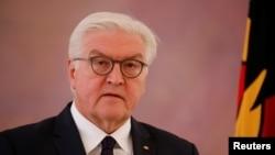 프랑크-발터 슈타인마이어 독일 대통령이 20일 앙겔라 메르켈 총리와 회담한 후 성명을 발표하고 있다.