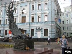 莫斯科街头的别斯兰恐怖袭击遇难者纪念碑。2004年9月1日,位于北高加索地区的别斯兰市小学校1千多人被劫为人质,3百多人其中包括许多儿童丧生。