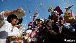Para pekerja merayakan keputusan pembebasan 23 rekan mereka oleh pengadilan di Phnom Penh, Jumat (30/5).