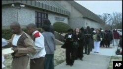 Des chômeurs attendant d'entrer dans un bureau d'embauche. Le maintien du chômage aux alentours des 10% explique la morosité de millions d'Américains.