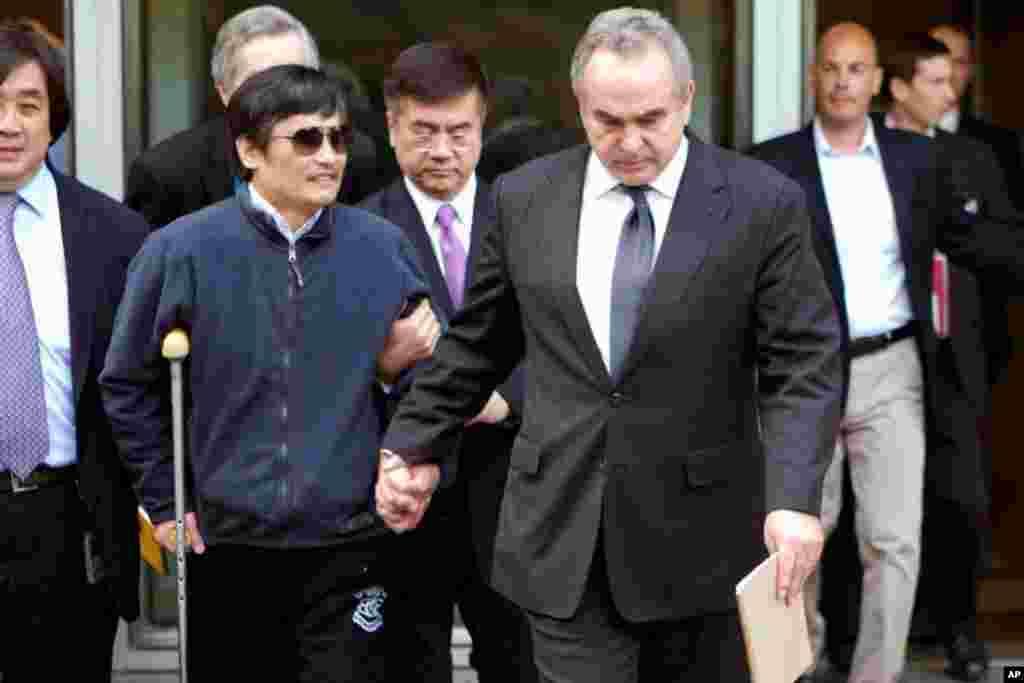 5月1号美国负责东亚和太平洋地区事务的助理国务卿科特.坎贝尔(前右)和中国盲人维权人士陈光诚在北京会面