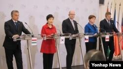 박근혜 한국 대통령이 3일(현지시간) 체코 프라하 체르닌궁에서 비세그라드 그룹(V4) 총리들과 정상회의를 가진 뒤 공동 기자회견을 하고 있다. 왼쪽부터 빅토르 오르반 헝가리 총리, 박근혜 대통령, 보후슬라프 소보트카 체코 총리, 베아타 쉬드워 폴란드 총리, 로베르트 피초 슬로바키아 총리.