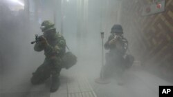 지난 21일 미-한 을지 프리덤 가디언 훈련의 일환으로 서울역에서 실시된 대 테러 훈련. 한국 군(왼쪽)과 경찰이 참여했다.