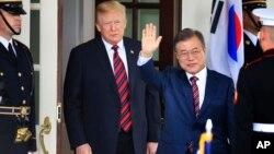 Tổng thống Trump chào đón ông Moon Jae-in tới Nhà Trắng tháng Năm năm ngoái.