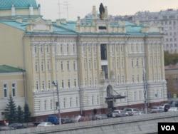 莫斯科的罗斯石油公司总部。这家公司负责向中国出口石油。罗斯石油公司目前债务缠身,需要融资。但这家公司也被西方列入制裁名单中。(美国之音白桦 拍摄)