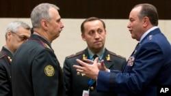 Tư lệnh NATO Philip M. Breedlove (phải) nói chuyện với Bộ trưởng Quốc phòng tạm quyền của Ukraine Mykhailo Koval (thứ 2 từ trái sang) trong 1 cuộc họp của các bộ trưởng quốc phòng NATO ở Brussels, 4/6/2014.