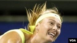 Juara Amerika Terbuka 2006, Maria Sharapova, berjuang keras untuk merebut kembali gelar juara tahun ini. Tapi, ia tersingkir dari turnamen US Open setelah kalah dari Caroline Wozniacki, 6-3, 6-4.