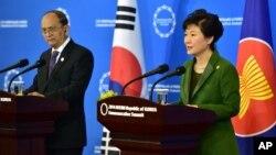 12일 한-아세안 특별정상회의'를 마친후 박근혜 한국 대통령(왼쪽)과 테인 세인 미얀마 대통령이 공동 기자회견을 가지고 있다.