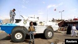Lực lượng an ninh Iraq canh gác tại hiện trường một vụ đánh bom xe hơi tại khu vực Baghdad Mới, ngày 26/8/2014.