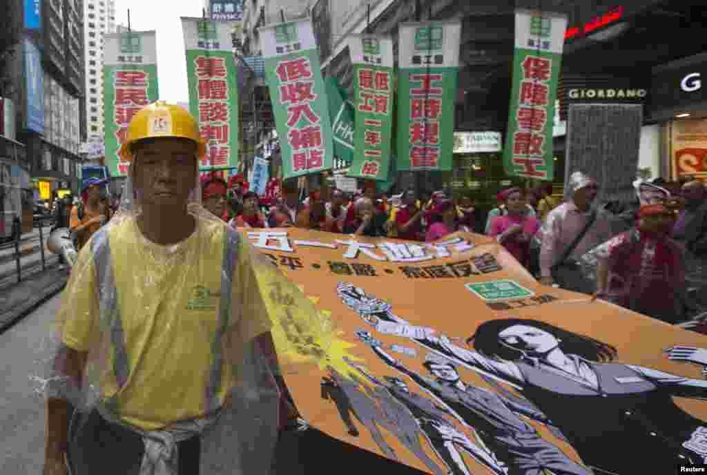 دنیا بھر بدھ کو یوم مزدور منایا گیا جس کا مقصد معاشرے میں مزدوروں کے کردار کی اہمیت کو اجاگر کرنے کے ساتھ ساتھ ان سے اظہار یکجہتی کرنا ہے۔