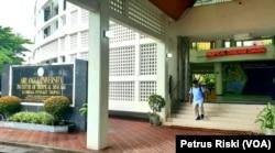 Gedung Lembaga Penyakit Tropis Universitas Airlangga, yang jadi satu di kompleks Rumah Sakit Universitas Airlangga (Foto: VOA/ Petrus Riski)