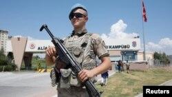 Seorang tentara Turki menjaga komplek penjara dan gedung pengadilan di Izmir, Turki (foto: dok).
