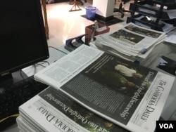រូបឯកសារ៖ កាសែត The Cambodia Daily ព្រឹត្តិបត្រចុងក្រោយបង្អស់ នៅការិយាល័យក្នុងរាជធានីភ្នំពេញ នៅថ្ងៃទី៤ ខែកញ្ញា ឆ្នាំ២០១៧។ កាសែតជាភាសាអង់គ្លេស The Cambodia Daily បានសម្រេចបិទទ្វារចាប់ពីចន្ទ ទី៤ ខែកញ្ញានេះតទៅ បន្ទាប់ពីប្រតិបត្តិការបោះពុម្ភផ្សាយអស់រយៈពេល ២៤ឆ្នាំ។ (ហ៊ាន សុជាតា/VOA)