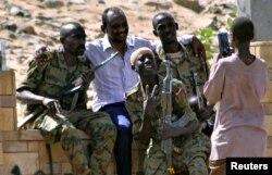 Askerlerle poz veren Sudanlı sivil göstericiler