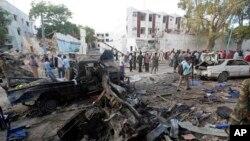 Les secouristes se tiennent près des épaves de véhicules après l'attentat de la veille,à Mogadiscio, Somalie, 29 octobre 2017,