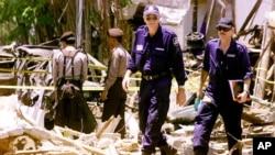 Dalam foto tertanggal 17/10/2002 ini polisi Indonesia dan tim forensik Australia melakukan pemeriksaan di lokasi ledakan di Kuta, Bali , setelah terjadi serangan bom pada 12/10/2002.