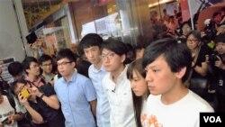 青年新政召集人梁頌恆(左二)與本民前前成員李東昇(左一)合組名單參選新界東地區直選。(美國之音湯惠芸攝)