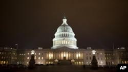 2013年1月1日夜晚,议员们在美国国会大厦内挑灯夜战。