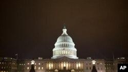 2013年1月1日夜晚,议员们在美国国会大厦内挑灯夜战
